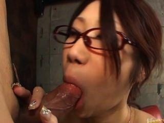 fuuka takanashi熱亞洲娃娃在車庫裡吸吮公雞