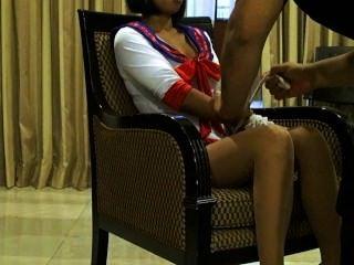性感泰國模型xanny姿勢在連褲襪和性感的服裝