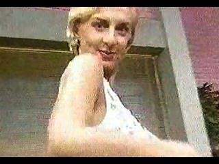 金發碧眼的女人變得赤裸在電視節目