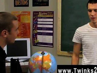 同性戀twinks可愛的年輕人仍然在教室後大家