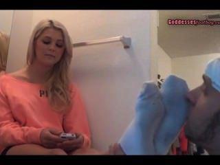 清潔她的襪子和腳(3645)