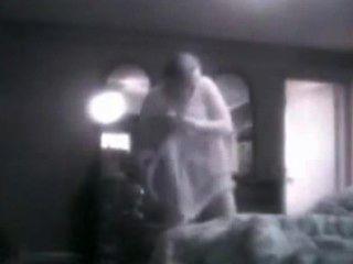 我的大乳房媽媽在她的臥室裡窺探