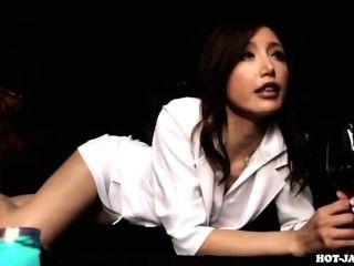 日本女孩攻擊lustful成熟的女人在kitchen.avi
