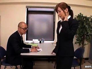 日本女孩手淫與有吸引力的按摩女孩在hotel.avi
