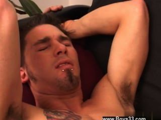 同性戀視頻tommy躺在沙發上,jake繼續保持