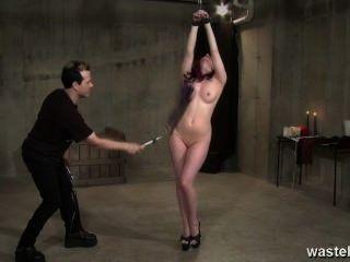 從天花板垂懸的性感的長發亞女孩被鞭打