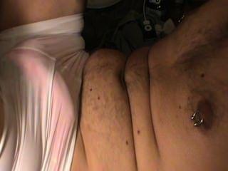 青少年手淫穿著女朋友皮帶和贓物短褲。