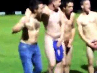 橄欖球隊在領域獲得赤裸在勝利以後顯示團隊精神