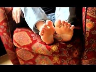 ariel吸吮她臭臭的腳趾