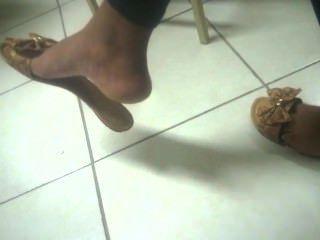 坦率的懸掛烏木腳在大學面孔腳38