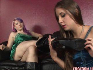 女同性戀皮靴舔