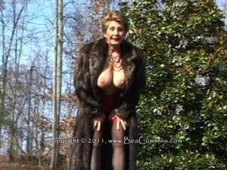 手淫的毛皮大衣的夫人戶外。