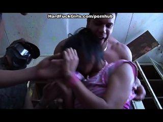 女人被抓和他媽的在一個廢棄的房子