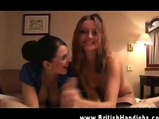 兩個熱的英國蕩婦manhandling陰莖