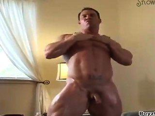 熱的健美運動員赤裸在旅館裡