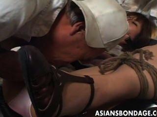 放蕩的女傭被綁起來和撫摸