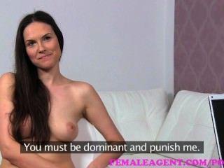 女性。性感角色扮演漂亮的milf懲罰淘氣代理