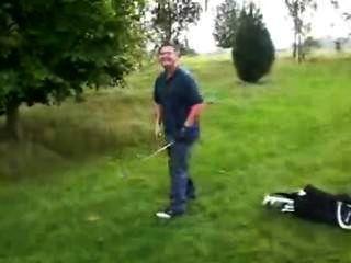(©¿©)高爾夫球手在失去他的比賽后顯示他的勃起