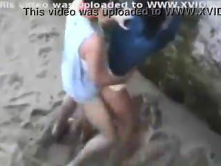夫婦在海灘捉住他媽的