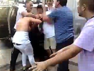 警察不能限制一個拉丁裔女人(山雀出來)