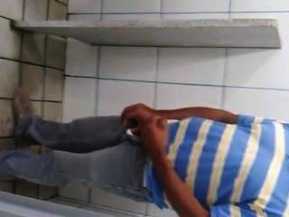 pegacãode homens em banheiropúblico