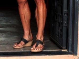 肌肉摩洛陣線克里斯屈曲她的色情,veiny身體在緊身衣服