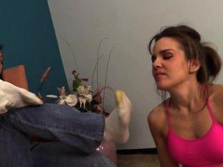 克萊爾打開brandi上w /她臭的襪子和腳