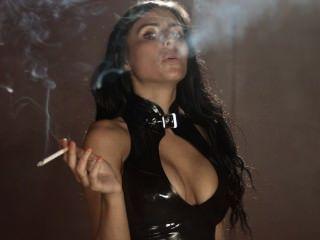 吸煙索菲穿著性感緊緻乳膠綁腿和上衣