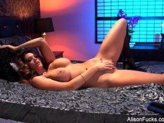 艾莉森泰勒摩擦她濕的陰部