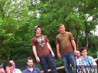 性感的男人三個贏家得到他們的獎勵在小馬穩定,和
