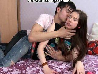 年輕的黑髮手淫和他媽的與她的男朋友
