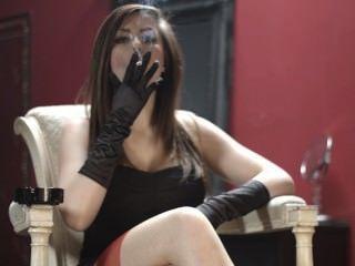 夏洛特吸煙在黑手套和長襪