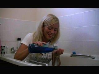 chav barbara鞋底在浴缸裡