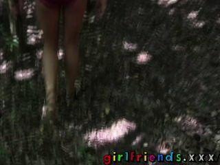 女朋友金發和brunnette吃公共樹林的剃的貓