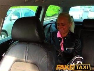 faketaxi真正的業餘青少年下沉內褲,讓出租車司機他媽的她