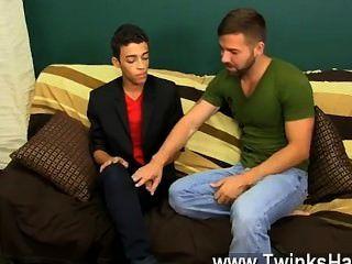 裸體男人年輕的拉丁裔男孩頭過來看電影,但之前