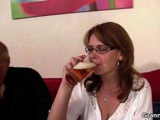醉酒的媽媽得到她的unt子