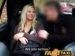 faketaxi金發女郎談到吸吮和他媽的後座