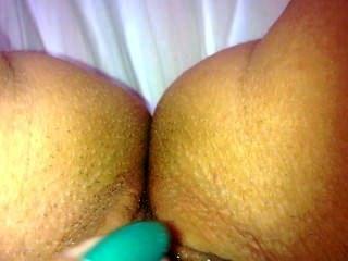 的女孩,觸摸她濕的陰部