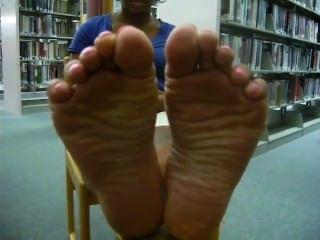 烏木鞋底在圖書館