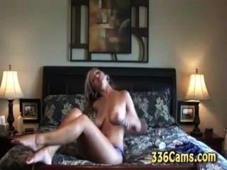熱的金發碧眼的青少年帶和cums在網絡攝像頭