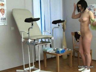 布魯內特rita脫下衣服和傳播腿為體檢