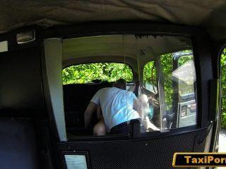 不滿意的妻子捉住他媽的出租車司機在安全凸輪
