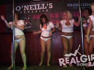 性感的女孩脫衣舞裸體在舞台上和一個非常厚臉皮的口交後台