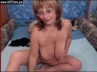 現實顯示性感的大乳房老太太在攝像頭上的眼鏡