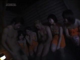 jap女孩比較白色和亞洲迪克