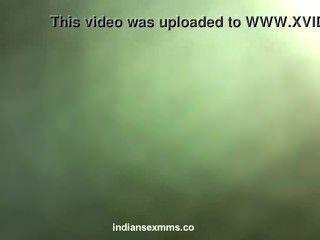 desi害羞的印度女孩裸體上了她的情人在酒店醜聞