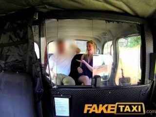 出租車司機給金發碧眼的寶貝一個餅在後座