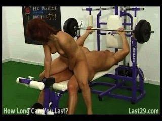 紅頭髮他媽的健美運動員在健身房裡