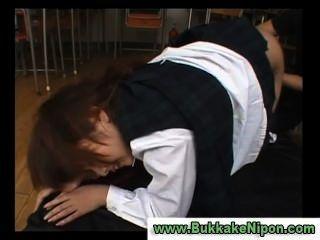 日本檢查背心學校女孩得到手指和性交